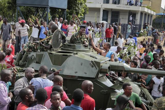 Le rapport de force au sein de l'armée... (PHOTO BERTHIER MUGIRANEZA, AP)