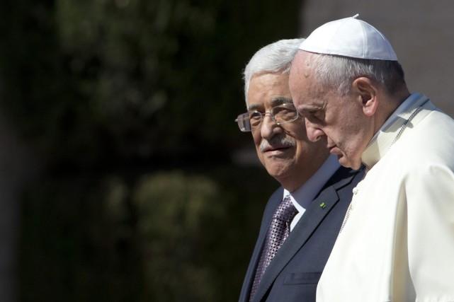 Le pape François et le président palestinien Mahmoud... (PHOTO ANDREW MEDICHINI, ARCHIVES AP)