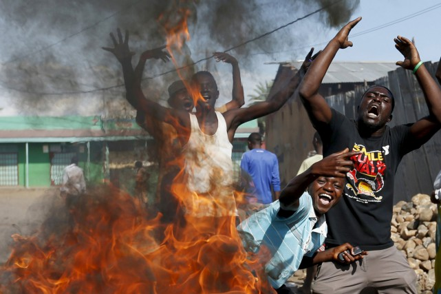 Des protestataires anti-Nkurunziza manifestent devant une barricade en... (PHOTO GORAN TOMASEVIC, REUTERS)