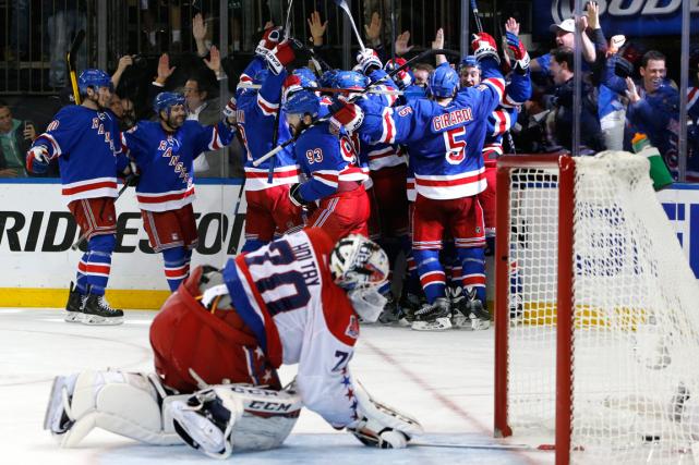 Les joueurs des Rangers célèbrent près du filet... (Photo Kathy Willens, AP)
