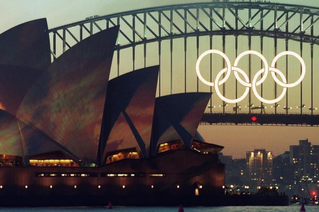 Les anneaux olympiques géants qui ornaient le Harbour Bridge de Sydney pendant... (Photo Rob Griffith, archives AP)