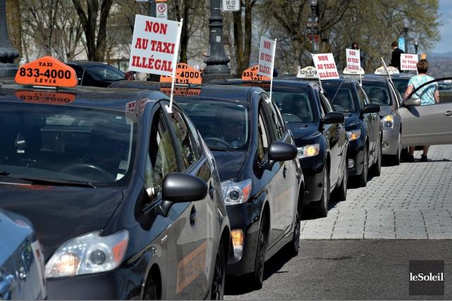Des chauffeurs de taxi de Québec manifestant contre... (Photothèque Le Soleil, Patrice Laroche)