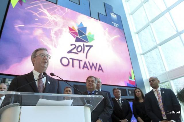 Le maire d'Ottawa, Jim Watson, accompagné des membres... (Etienne Ranger, LeDroit)