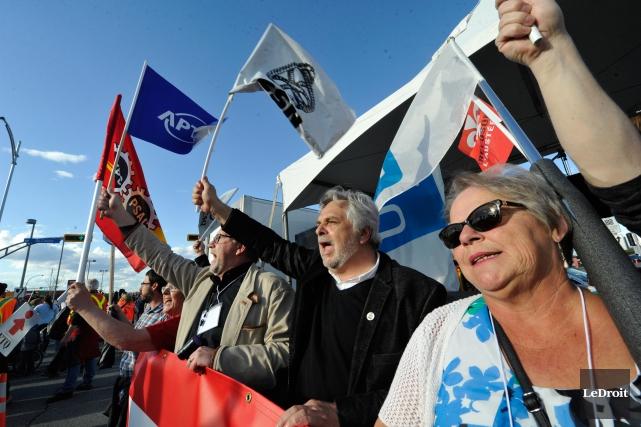 Des employés syndiqués prennent part à la manifestation... (PHOTO MARTIN ROY, LE DROIT)