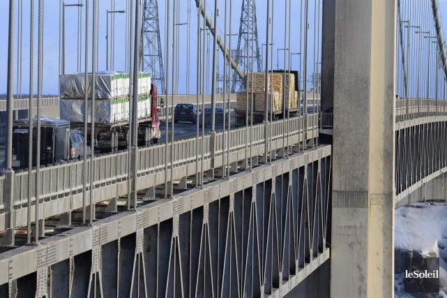 Les deux suspentes du pont Pierre-Laporte qui seront... (Photothèque Le Soleil, Jean-Marie Villeneuve)