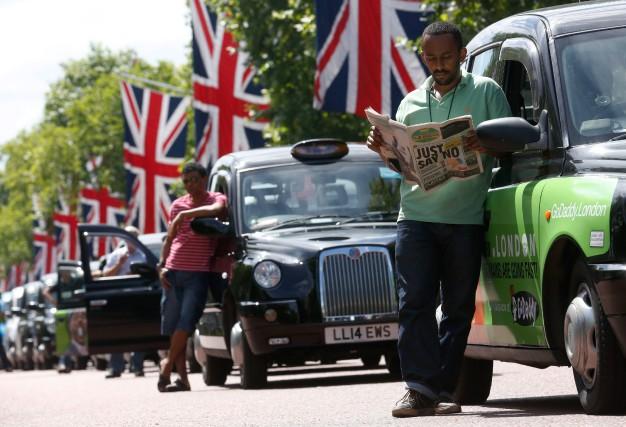Des chauffeurs de taxi manifestant contre Uber, en... (PHOTO LUKE MACGREGOR, ARCHIVES REUTERS)