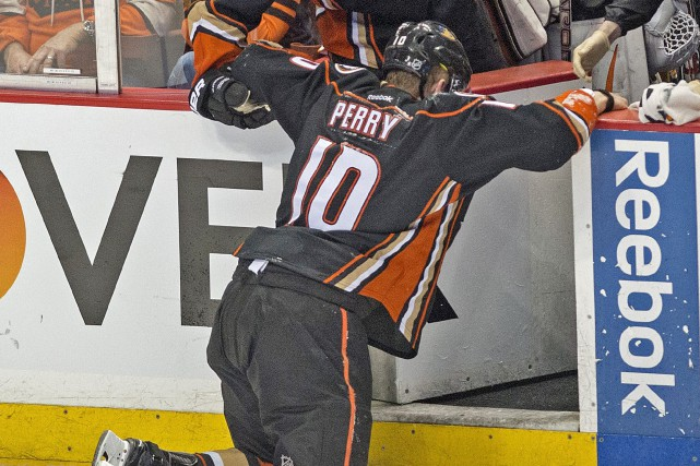 Corey Perry a quitté le match no 5... (Photo Michael Goulding, The Orange County Register/AP)
