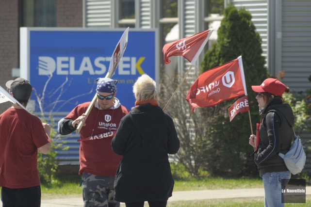 Les grévistes gardent le moral devant l'usine de... (Photo: Sylvain Mayer Le Nouvelliste)
