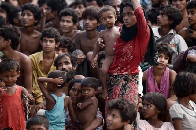 Des migrants rohingya à bord d'un bateau au... (PHOTO CHRISTOPHE ARCHAMBAULT, AFP)