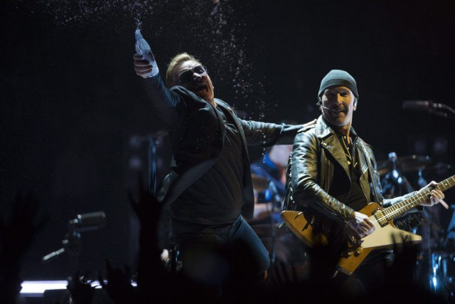 Bono et The Edge sur scène lors du... (PHOTO JONATHAN HAYWARD, LA PRESSE CANADIENNE)