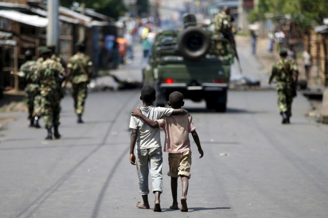 Deux jeunes garçons marchent bras dessus bras dessous... (PHOTO GORAN TOMASEVIC, REUTERS)
