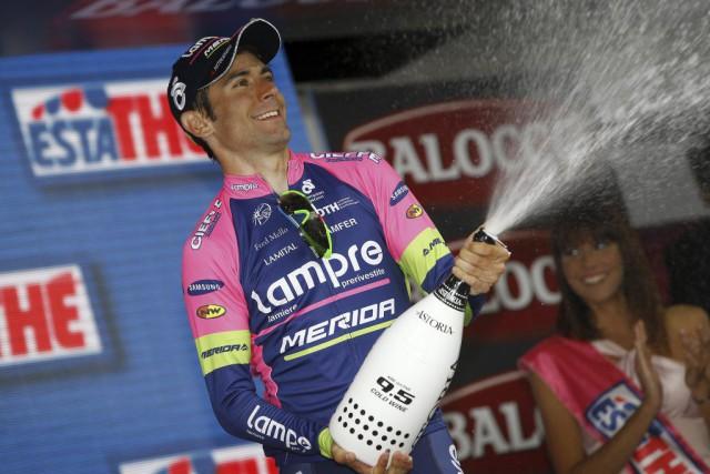 Diego Ulissi a célébre sa victoire au champagne.... (PHOTO LUK BENIES, AFP)