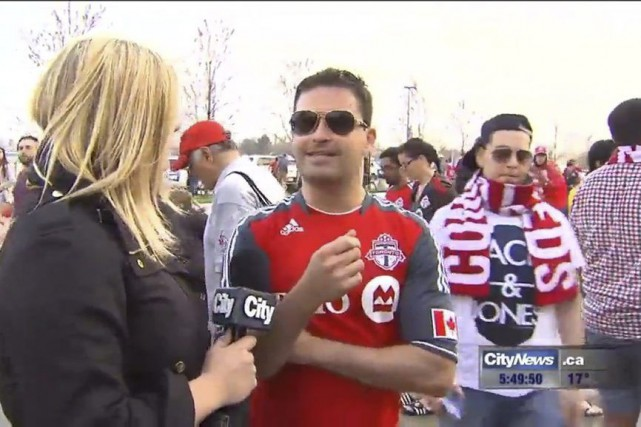 Shauna Hunt interviewant un fan du club de... (PHOTO LA PRESSE CANADIENNE / CityNews)
