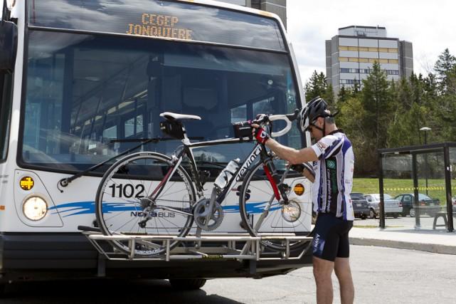 Les cyclistes qui utilisent les supports à vélo des autobus de la Société de... (Courtoisie)