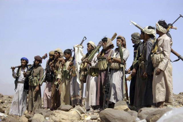 Des combattants yéménites fidèles au président Hadi se... (PHOTO AFP / STR)