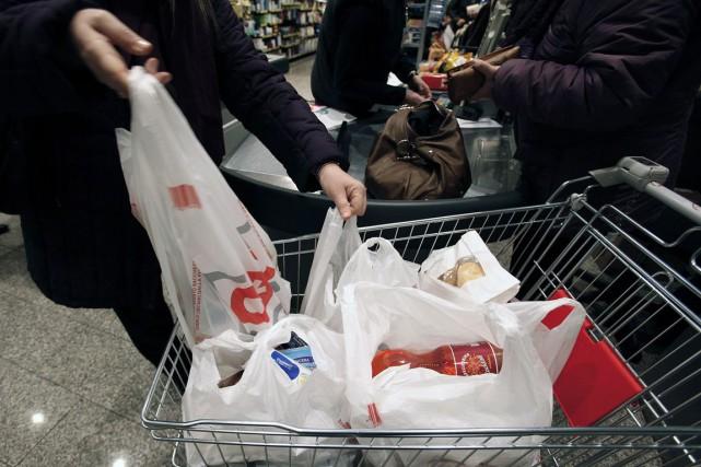 Montréal envisage d'interdire les sacs de plastique, ce qui en ferait la... (PHOTO ARCHIVES REUTERS)