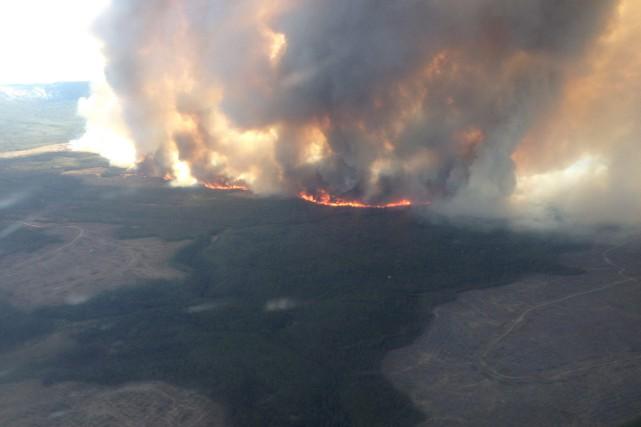 L'incendie qui fait rage dans le secteur du... (PHOTO LA PRESSE CANADIENNE)