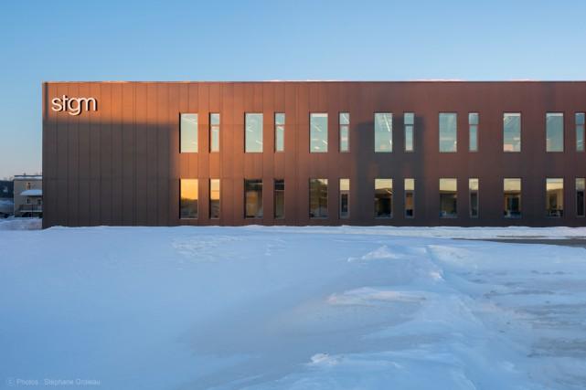 Vu de côté, le bâtiment est tout en... (Photo Stéphane Groleau)