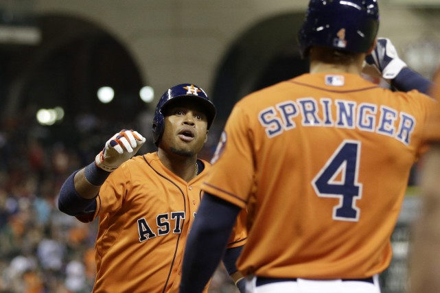 Luis Valbuena festoie avec son coéquipier George Springer... (Photo David J. Phillip, AP)