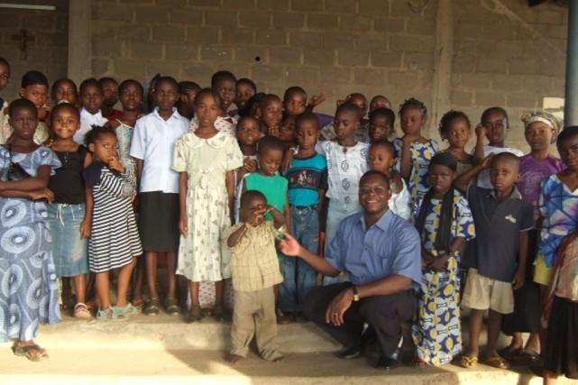 Le missionnaire Cyriaque Mounkoro, ici entouré d'enfants nigérians,... (Photo fournie par Cyriaque Mounkoro)