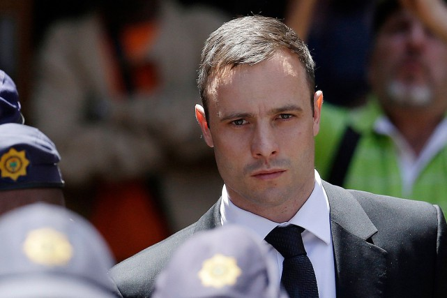 Oscar Pistorius, escorté par la police lors de... (PHOTO ARCHIVES AP)