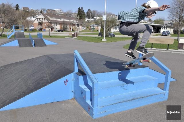 Plusieurs jeunes fréquentent le parc de planche à... ((Photo Le Quotidien-Rocket Lavoie))