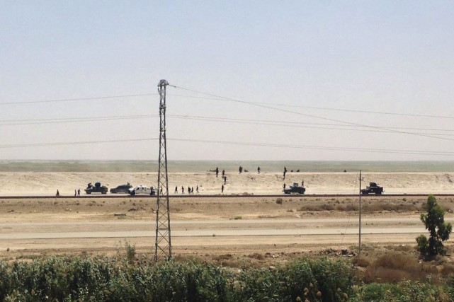 Les troupes irakiennes se retirant de Ramadi, le 17... (PHOTO ASSOCIATED PRESS)