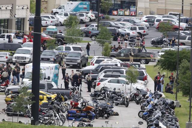 La police enquête sur la fusillade qui a... (Photo Rod Aydelotte, AP)