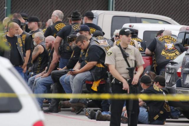 Un policier tient la garde devant un groupe... (Rod Aydelotte, Waco Tribune-Herald)