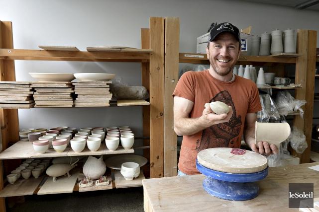 Le céramiste américain Adam Paulek est accueilli en... (Photo Le Soleil, Patrice Laroche)