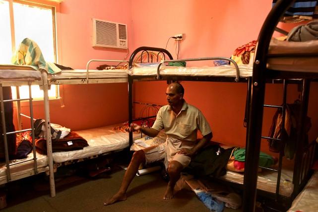 Un travailleur originaire de l'Inde montre sa chambre,... (Photo Maya Alleruzzo, archives AFP)