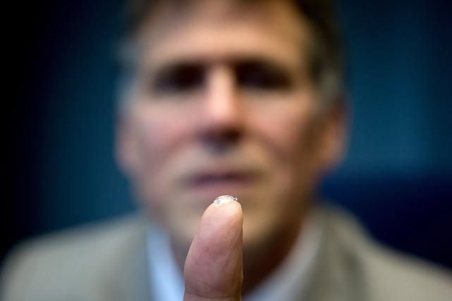 La petite prothèse, compressée, serait placée dans l'oeil... (PHOTO DARRYL DYCK, PC)