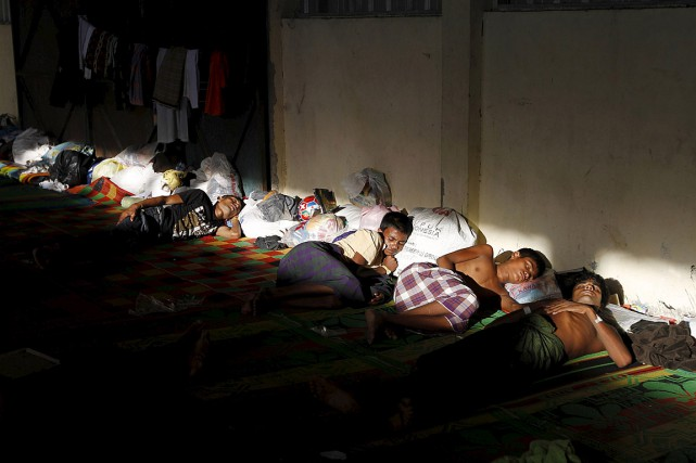 Des Rohingyas qui ont fui la Birmanie se reposent... (Photo Reuters)