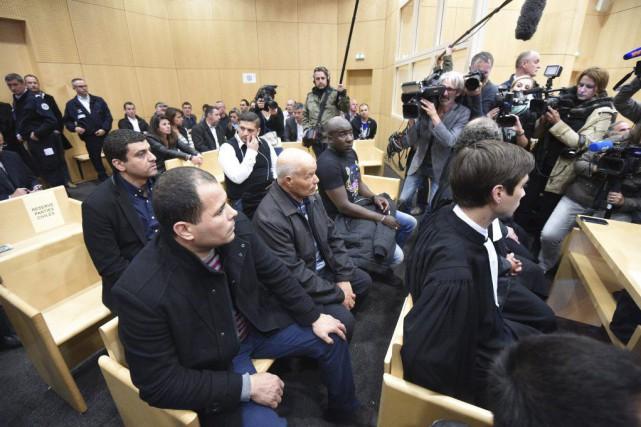 À l'énoncé du jugement, des cris de colère... (PHOTO DAMIEN MEYER, AFP)