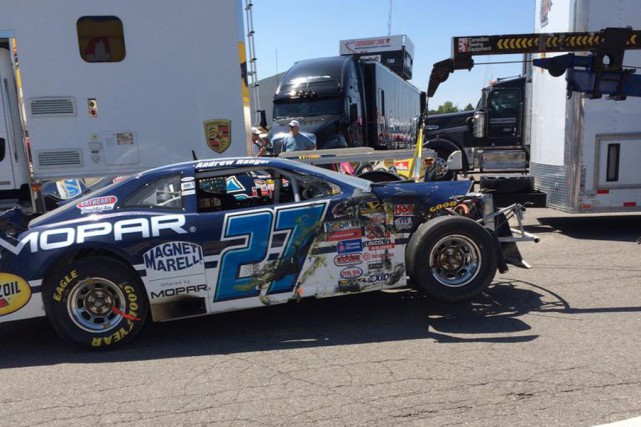 La Dodge Challenger d'Andrew Ranger en a pris... (Photo NASCAR.com)
