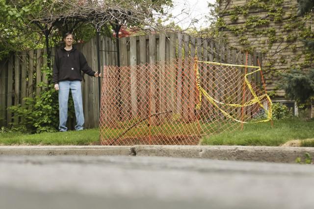 Richard Massie tente d'empêcher l'installation d'une boîte aux... (La Presse Canadienne, Peter Power)