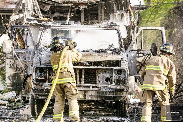 L'incendie d'un winnebago sur la rue de Montjoie dans le secteur Rock Forest à... (IMACOM, Jocelyn Riendeau)