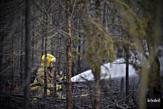 Une vingtaine de pompiers ont combattu un incendie... (Le Soleil, Pascal Ratthé)