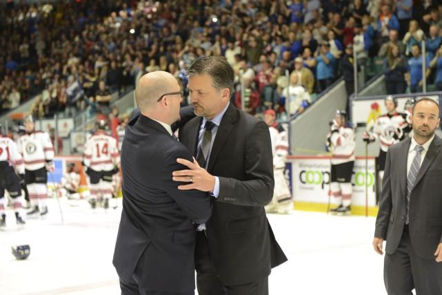 Philippe Boucher (à droite) félicite l'entraîneur de l'Océanic,... (Collaboration spéciale Rémi Sénéchal)