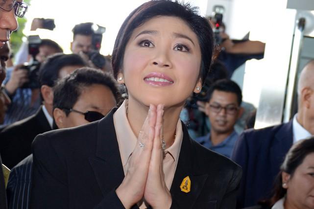 L'ex-première ministre thaïlandaise Yingluck Shinawatra offre un salut... (PHOTO PORNCHAI KITTIWONGSAKUL, AFP)