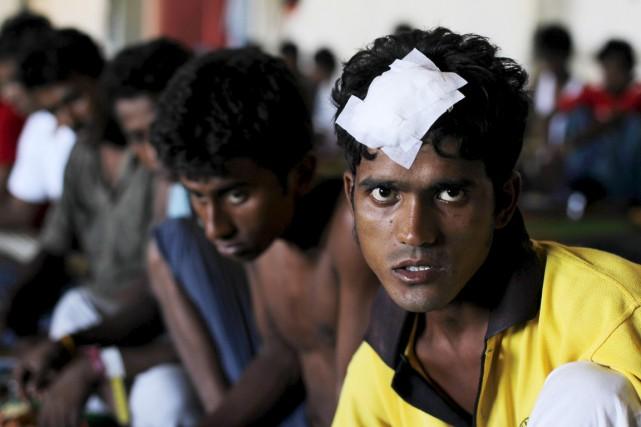 Des survivants épuisés, aux corps bien souvent couverts... (PHOTO BEAWIHARTA, REUTERS)