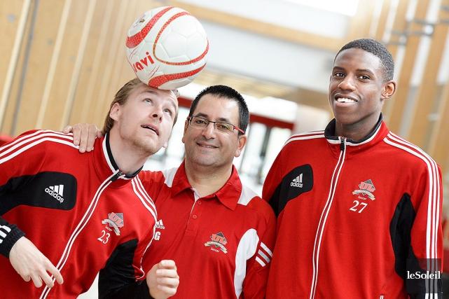 Samir Ghrib (au centre) et ses joueurs Kevin... (Le Soleil, Pascal Ratthé)