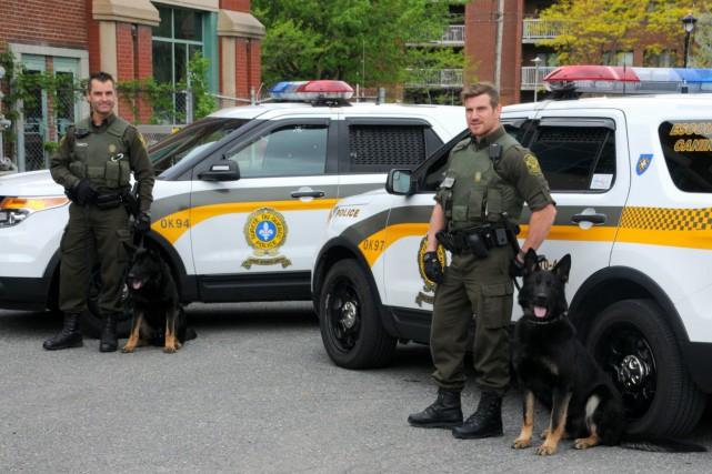 Deux maîtres-chiens de patrouille ont été déployés au... (Photo collaboration spéciale Éric Beaupré)