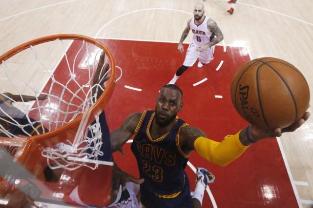 LeBron James a confirmé la victoire des siens... (Photo John Bazemore, AP)