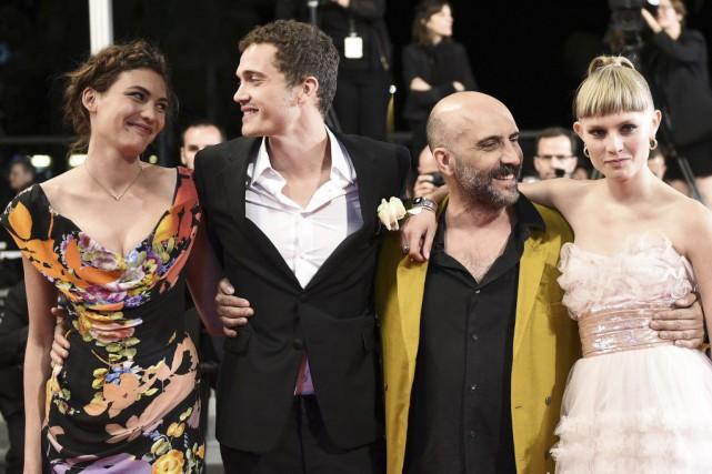 Aomi Muyock, le réalisateur Gaspar Noe, Karl Glusman... (PHOTO ANNE-CHRISTINE POUJOULAT, AGENCE FRANCE-PRESSE)