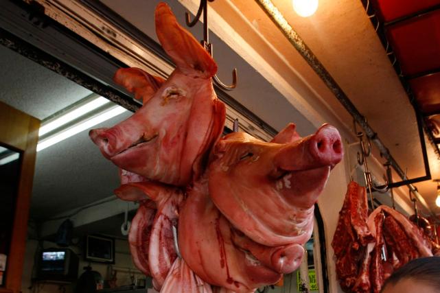 «Donne-moi un porc ou je te tire»: les employés d'une boucherie d'une banlieue... (Photo archives AP)