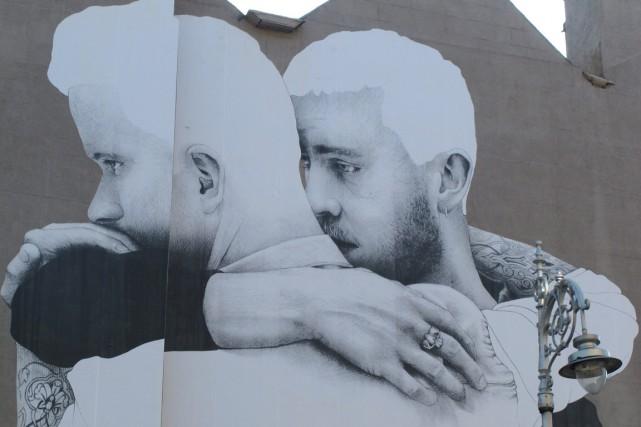 Une oeuvre murale dépeignant un couple homosexuel, au... (PHOTO SHAWN POGATCHNIK, AP)
