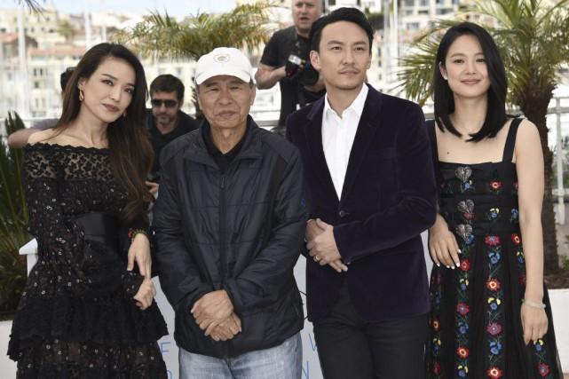Le réalisateur Hou Hsiao-Hsien (2e à gauche) en... (Photo: AFP)
