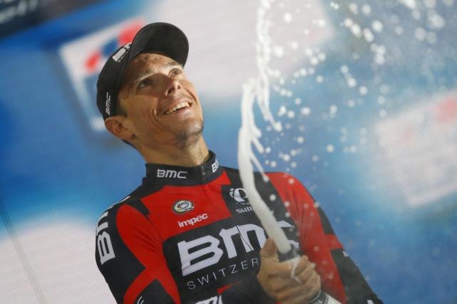 Le Belge Philippe Gilbert a sabré le champagne... (Photo Luk Benies, AFP)