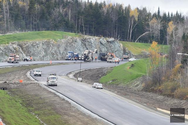 La poursuite des travaux du prolongement de l'autoroute 410, dans... (Archives La Tribune, Maxime Picard)